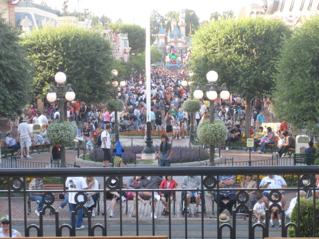 disneyland vacation busy